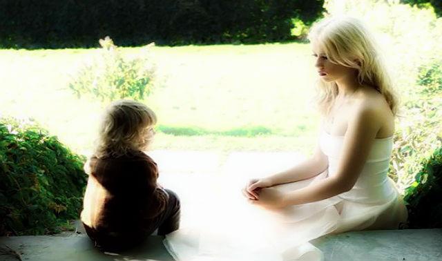 Українська дівчина з дитиною